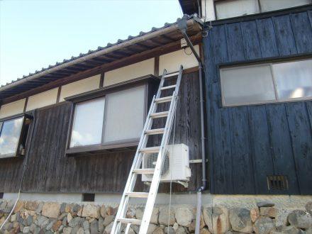 スズメバチ駆除 京田辺市 個人宅 1階軒下の処理前写真(拡大)