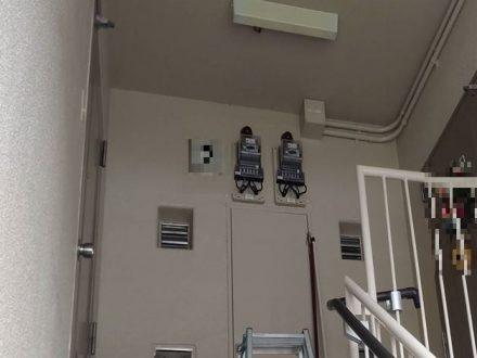 スズメバチ駆除 大阪市北区 マンション 踊場天井の処理前写真(拡大)